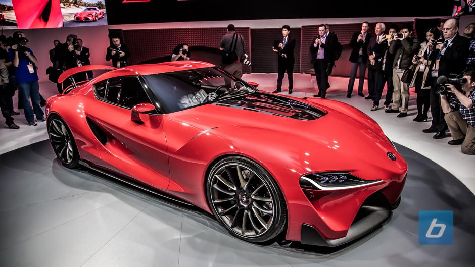 Das Lenkrad des Toyota besteht aus Carbon und Leder